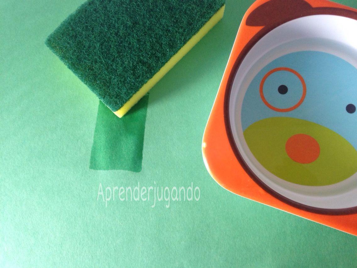 Pintar con agua. Solo necesitas una esponja, agua y cartulinas de colores