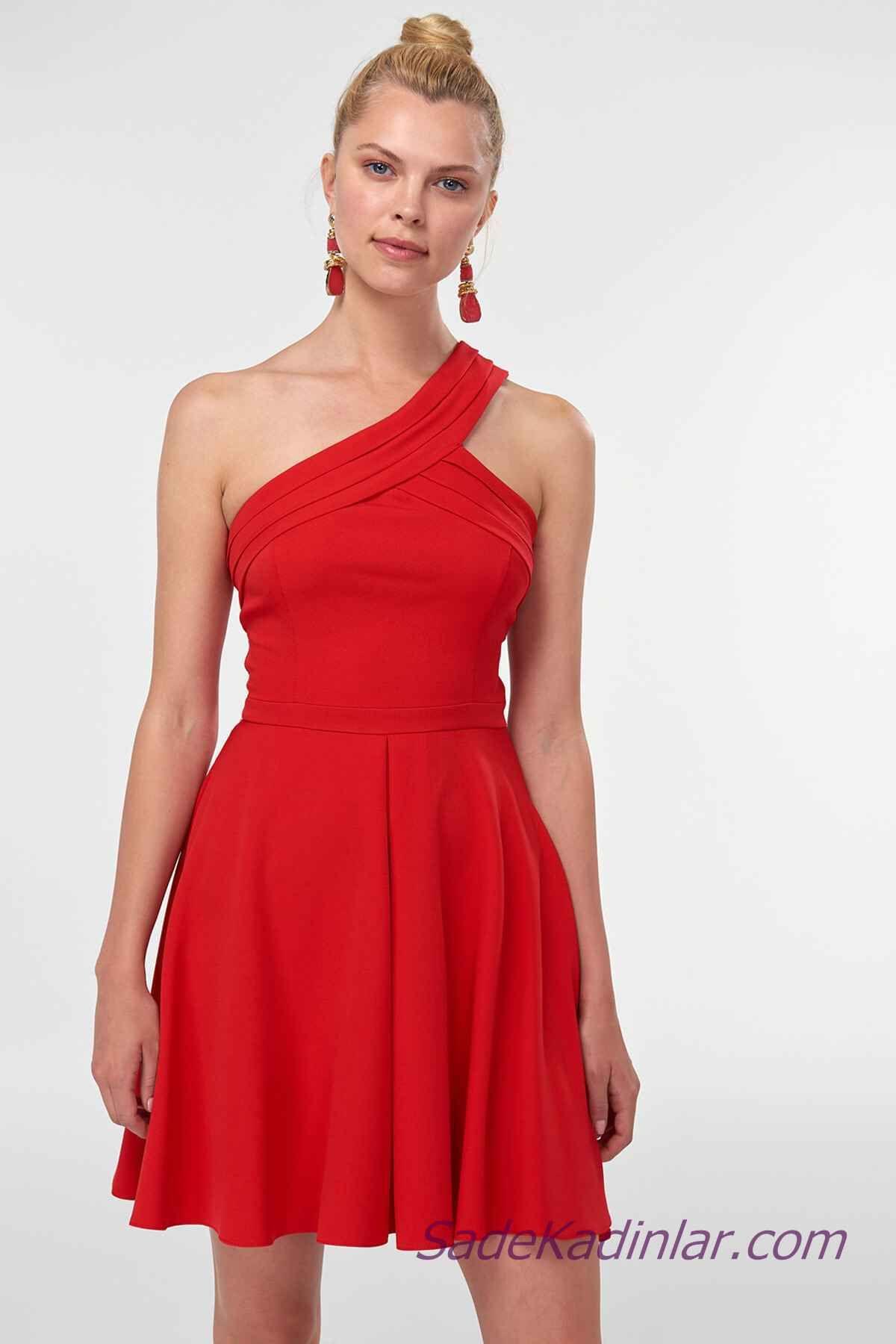 84c4701bbc925 2019 Abiye Elbise Modelleri Kırmızı Kısa Tek Kalın Askılı Omzu Açık Kloş  Etekli