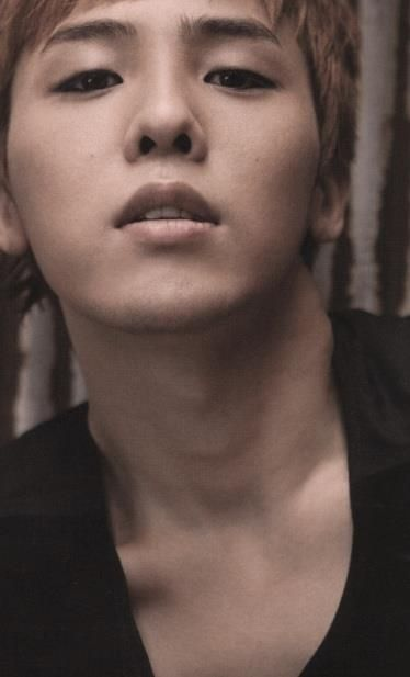 jiyong i love his collarbones *.*