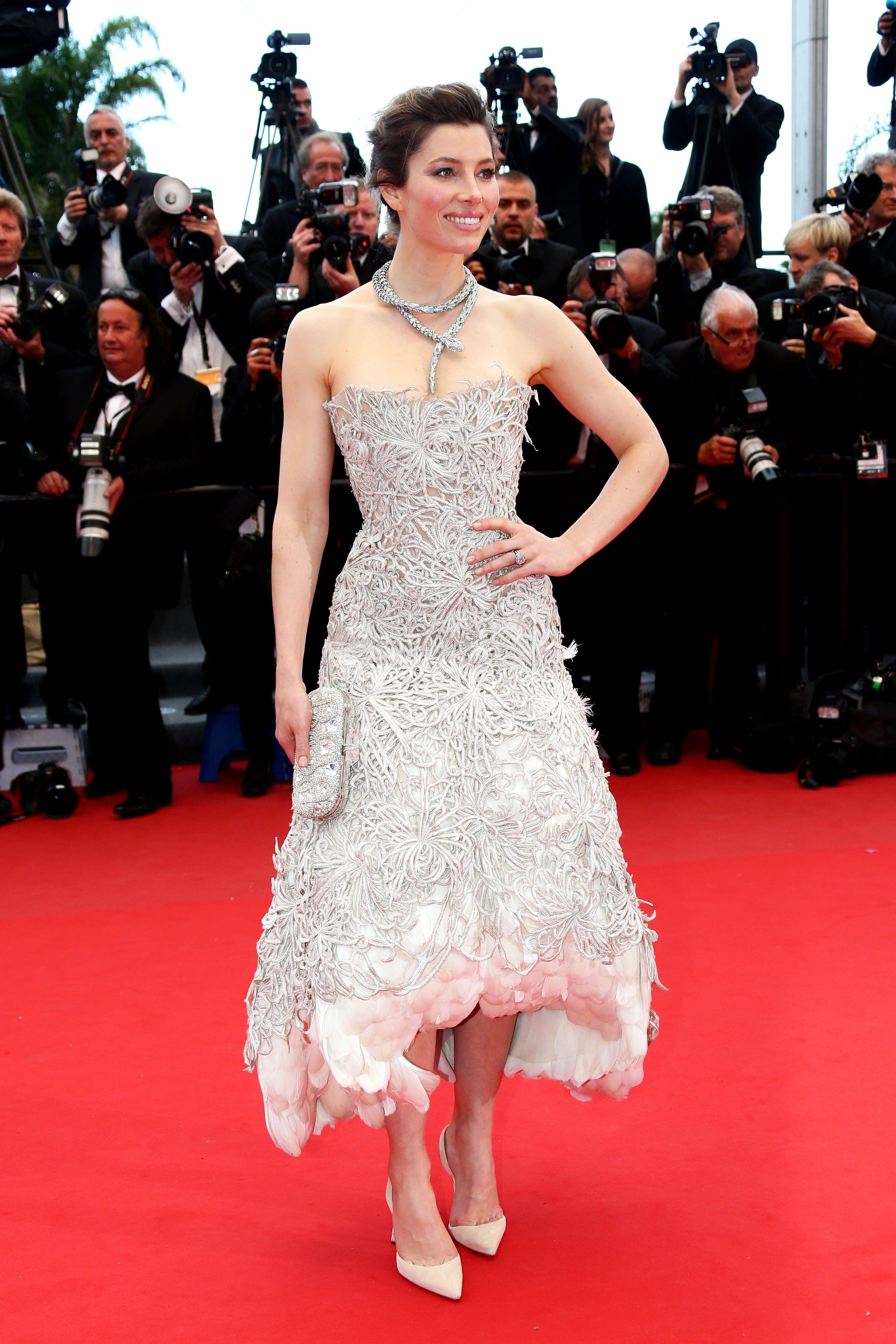 Jessica Biel- Cannes 2013 casi perfecta, salvo el empollamiento al final. Unnecesary.