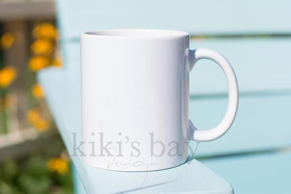 Photo of weißer kaffeetasse blauer hintergrund // 11 oz weißer becher nachgebildete stockfotografie // digital down