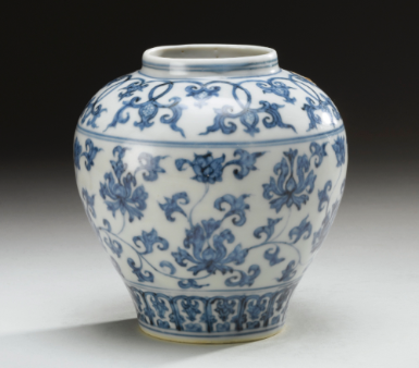 A MING BLUE AND WHITE 'LOTUS' JAR MING DYNASTY, 15TH / 16TH CENTURY