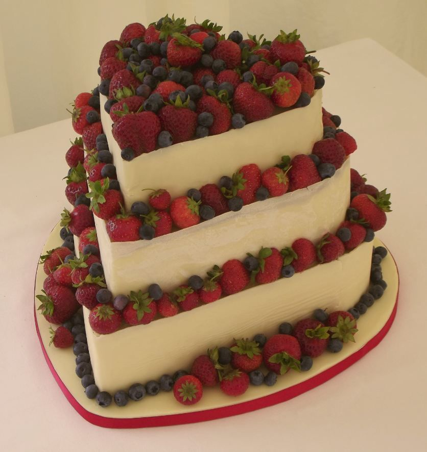 white cake with strawberries white cake with strawberry foodies white 1308