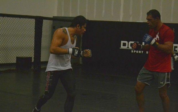 Rogério Minotouro faz sparring com Erick Silva  (Foto: Adriano Albuquerque/SporTV.com)