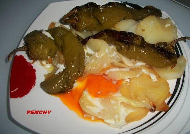 Patatas con pimientos italianos y huevos al horno