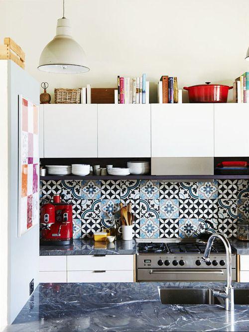 lindo fondo entre mesadas arte arte arte!  artistic tiles (via homeandinteriors) Marble counter from... - my ideal home...