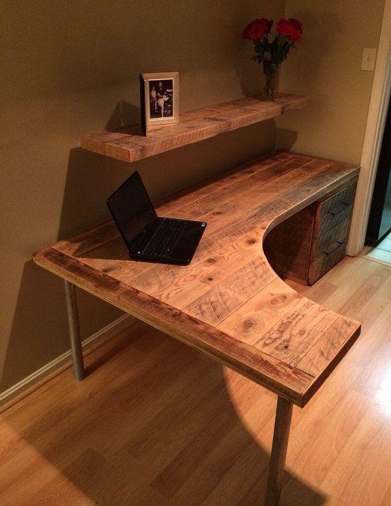 Nous Avons Utilise La Pruche Recuperee Et Planches De Pin Pour Construire Cette Coutume Faite Courbe Bu Diy Desk Plans Computer Desk Design Office Desk Designs