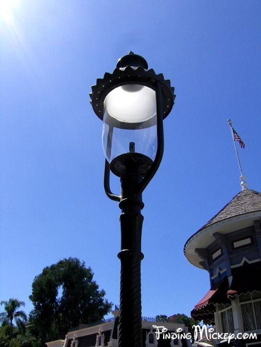 Disneyland Main Street Usa Lamps Along Main Street Are Authentic 19th Century Gaslamps In 1955 Disneyland Designer Emile Antique Lamps Antiques Disneyland