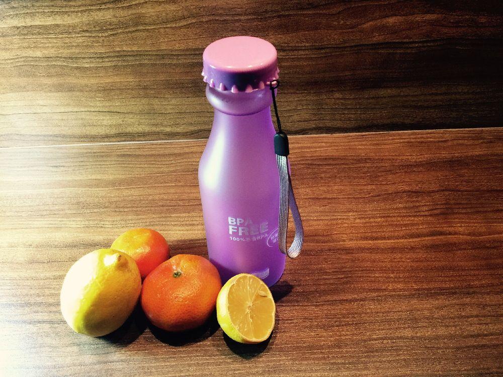 H2O BPA-free 550ml Wasser-Trinkflasche mit Handschlaufe, satiniert, lila - Habe eine Flasche gesunden Wassers stets dabei.