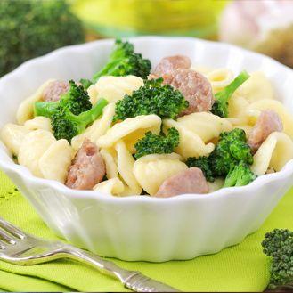Coditos con brócoli y salchichas