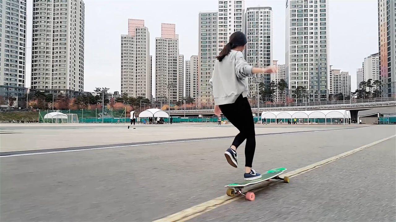 "Das ist das tanzende Longboard-Girl! ""Longboard Dancing"" [Video]…granad sein Block!"