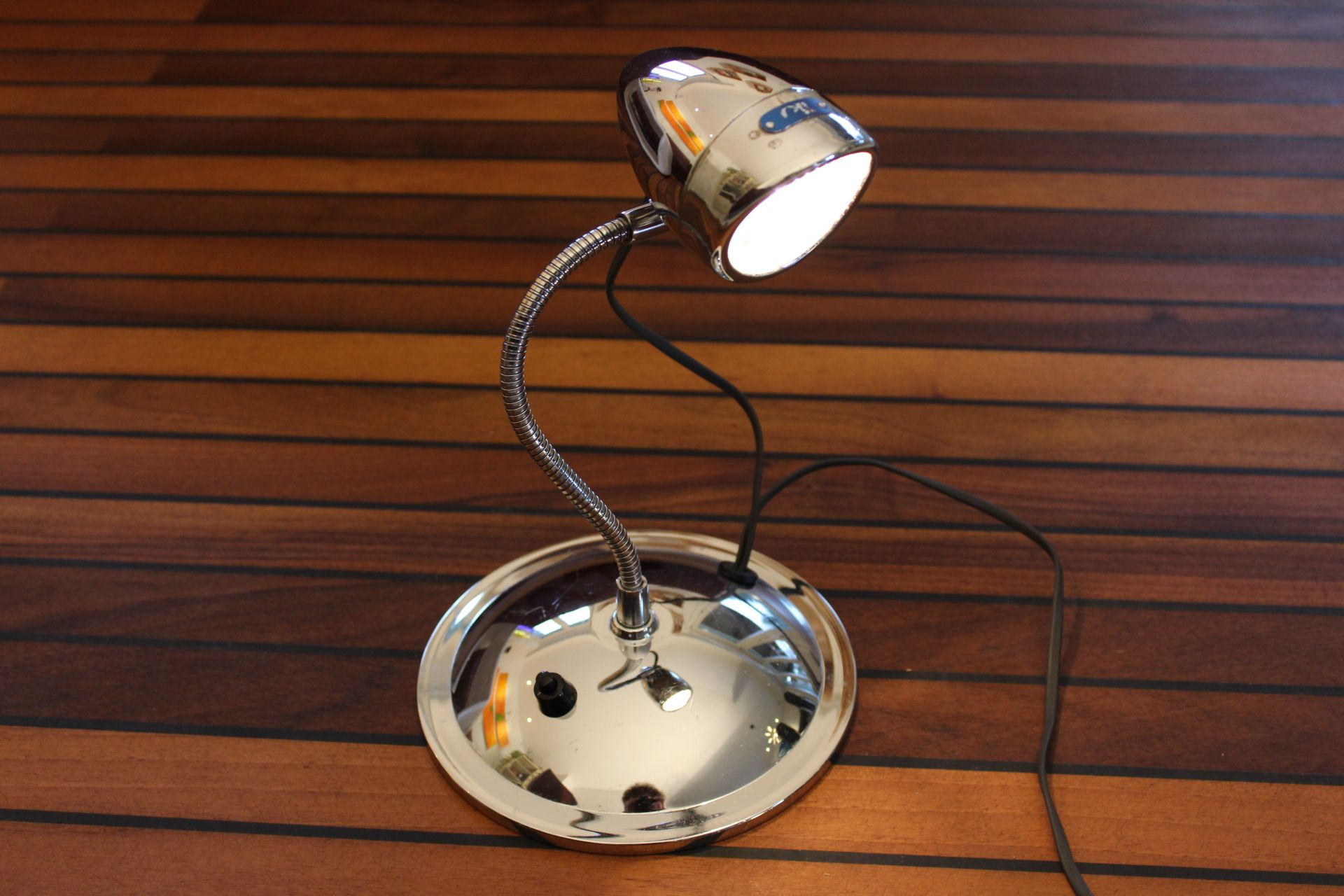 schreibtischlampe gebaut aus einer fahrradlampe und einem alten schminkspiegel upcycle lamp. Black Bedroom Furniture Sets. Home Design Ideas