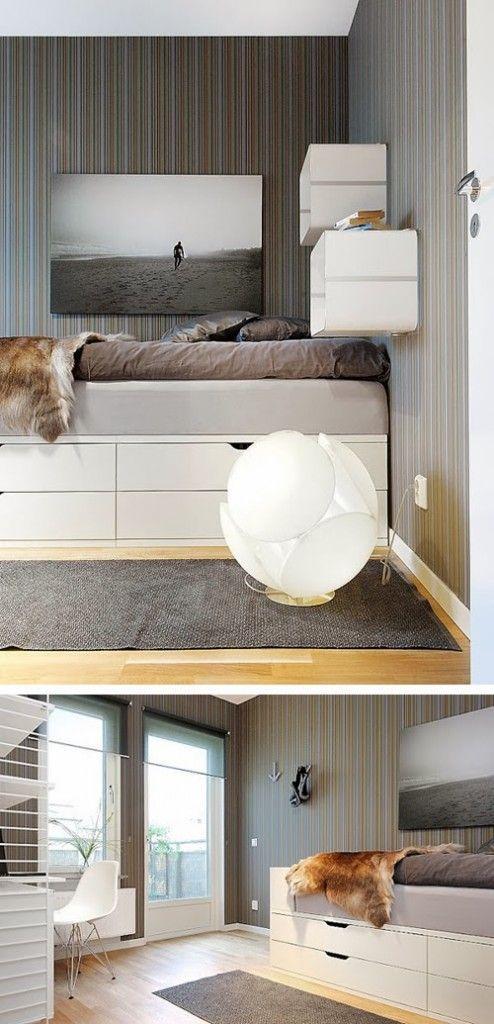 Begehbarer Schrank im Schlafzimmer mit schwebender Wand hinterm ...