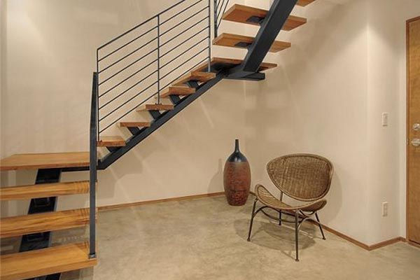 Escalera compensada con zanca central y peldaños de madera ...