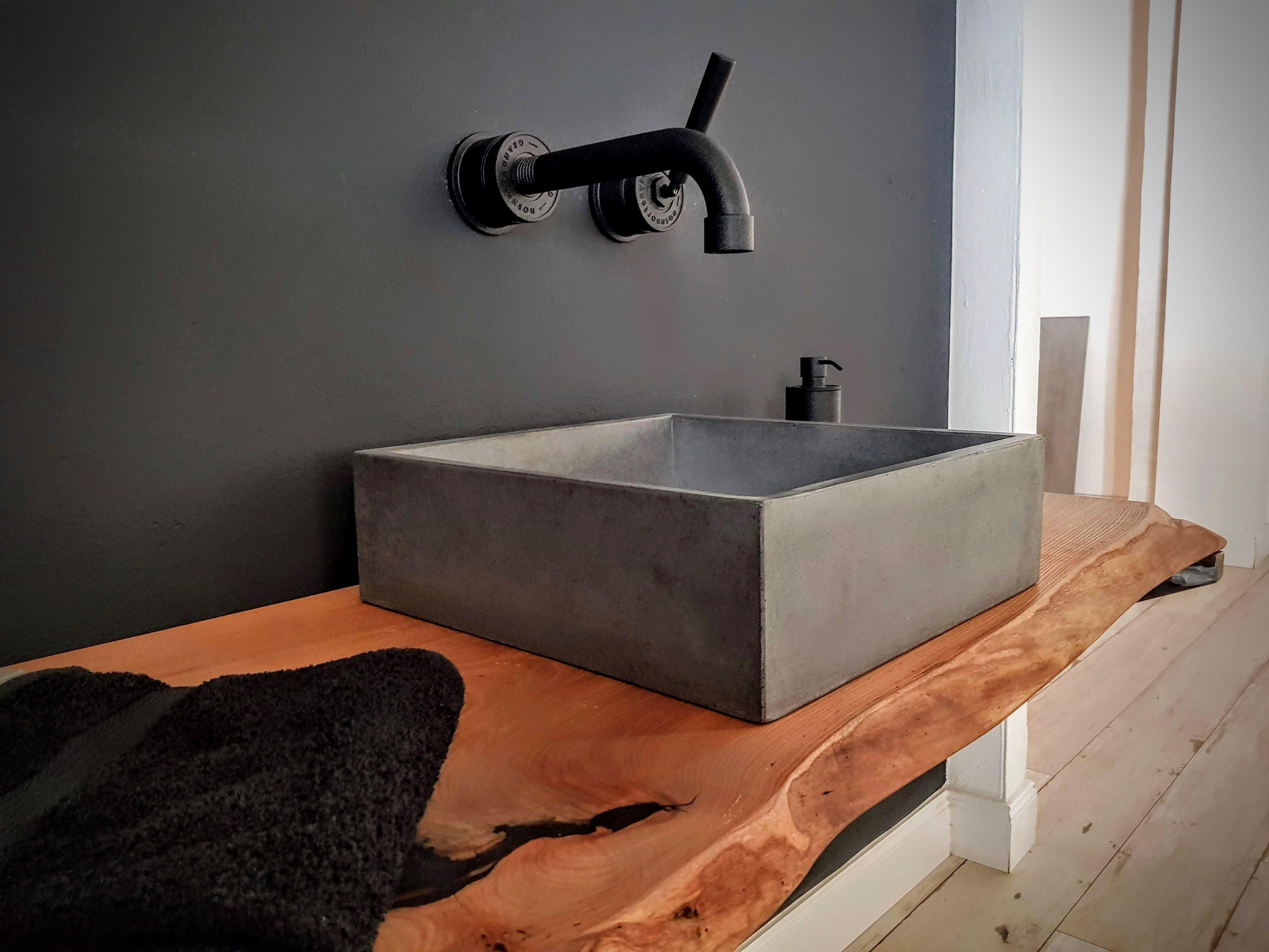Natur Trifft Industrial Das Kompakte Waschbecken Aus Unserem Hellgrauen Beton Und Die Konsolen Aus G Waschbecken Gaste Wc Mobel Moderne Badezimmer Waschbecken