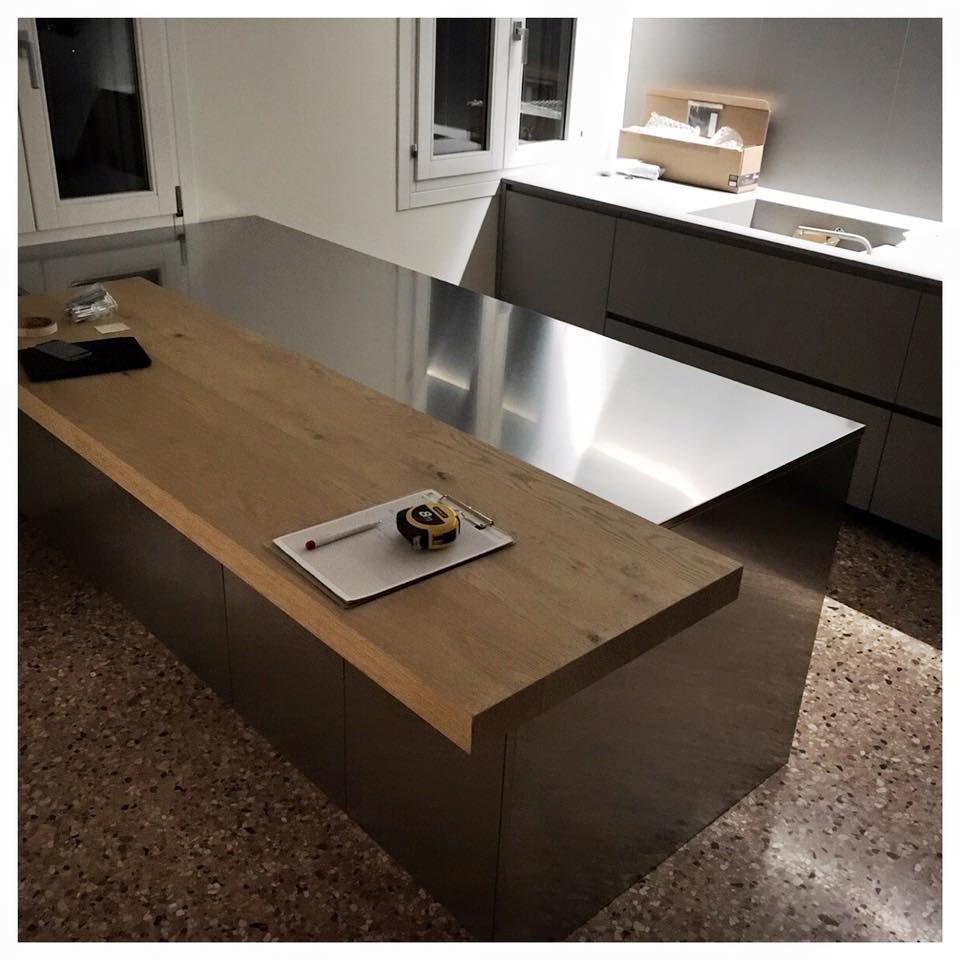 Cucina con isola piano acciaio bancone legno pavimento veneziano - Bancone cucina legno ...