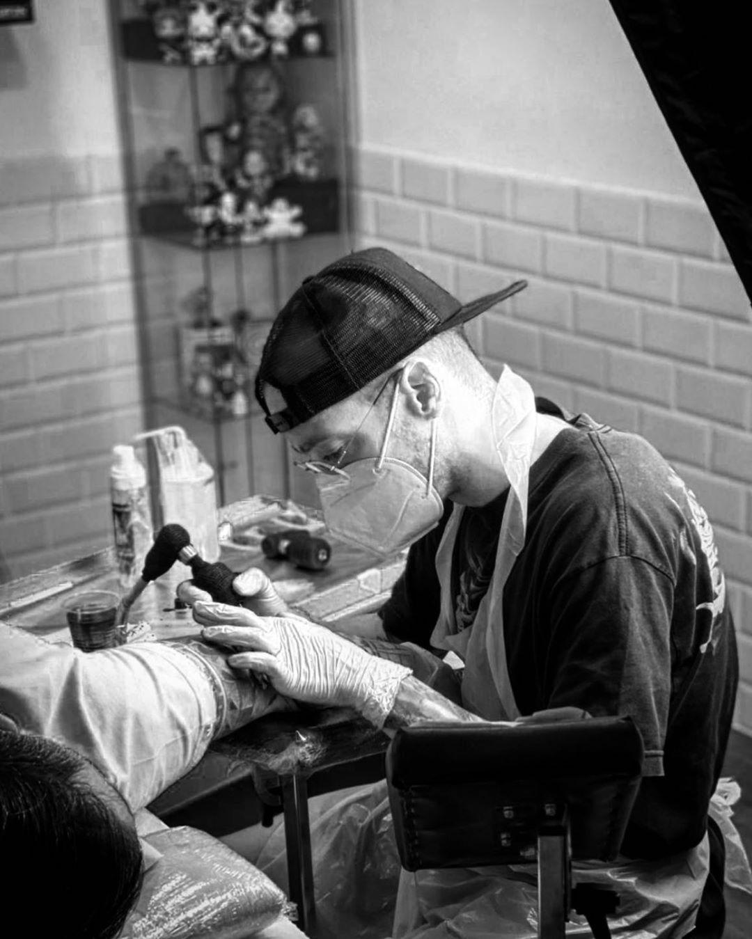 ⚒working⚒ Para consultas👉🏻 @owen_martin89 #tattoo #tattoos #tattoospain #tattoocollector #tattoocollection #tattooforlife #tatuaje #tatts #tattooart #thebestspaintattooartists #superbtattoos #realistictattoo #realismo #realismtattoo #bng #blackandgreytattoo #ink #inkforlife #inkedup #inkaddict #inkedmag #inkedlife #inklife #working  @darumatattoos