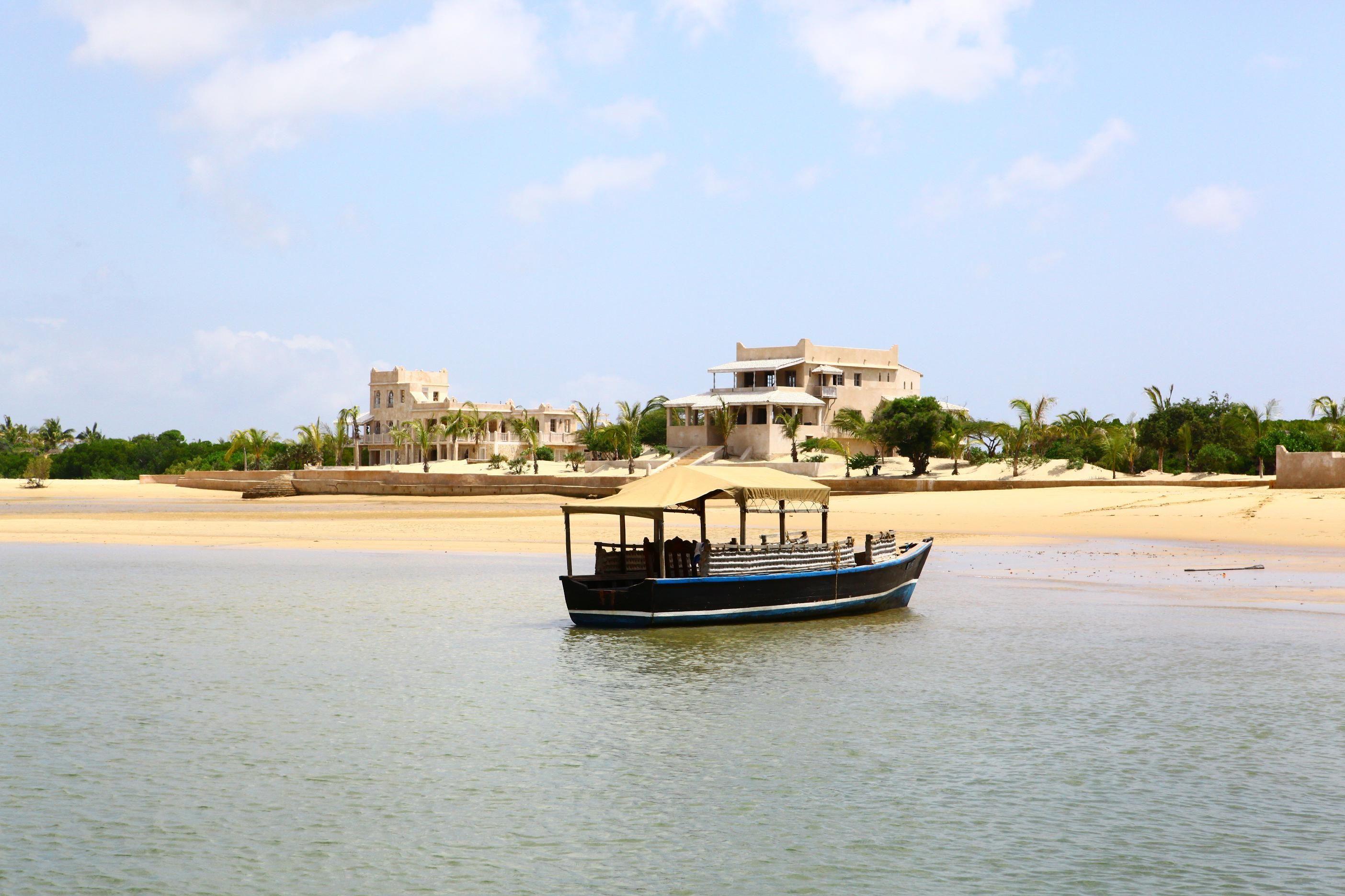 Île de Lamu, Kenya#Tout au nord de la côte kenyane, aux portes de la Somalie, l'île de Lamu flotte au cœur d'un petit archipel partagé entre plages de sable chaud, mangroves, palmiers et broussailles. Pour accéder à l'île de Lamu, il n'y a que le bateau ou l'avion. Pour y circuler, pas de voitures, seulement des ânes. La ville concentre l'essentiel de la culture locale et des traditions islamiques.#http://urlz.fr/3hqw#hotelexcellence.typepad.fr