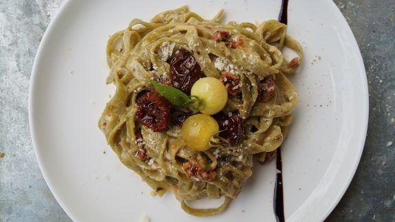 One-Pot-Pasta mit getrockneten Tomaten und Parmesan