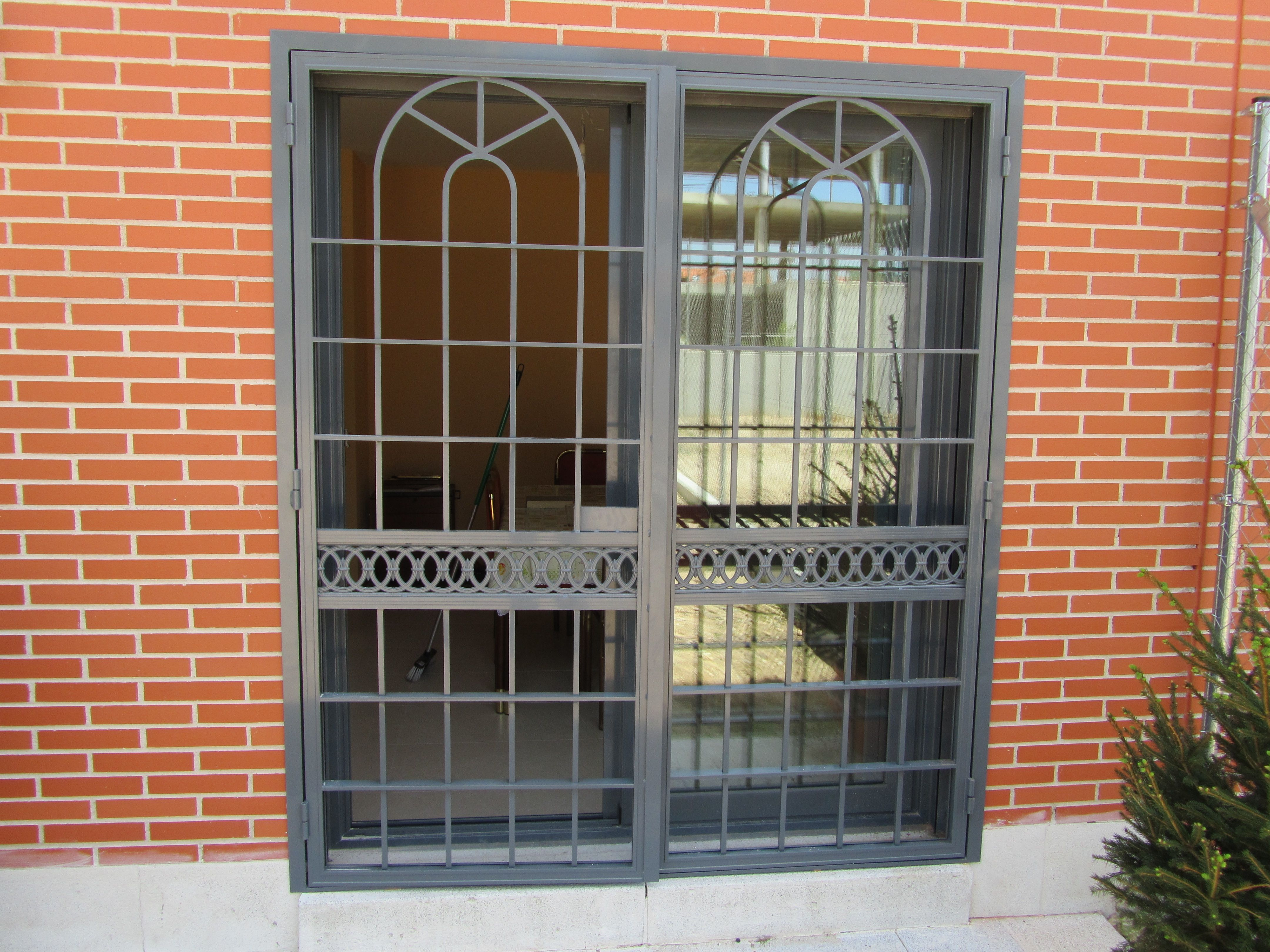 Reja puerta abatible aluminio puertas pinterest for Puertas de metal para exterior