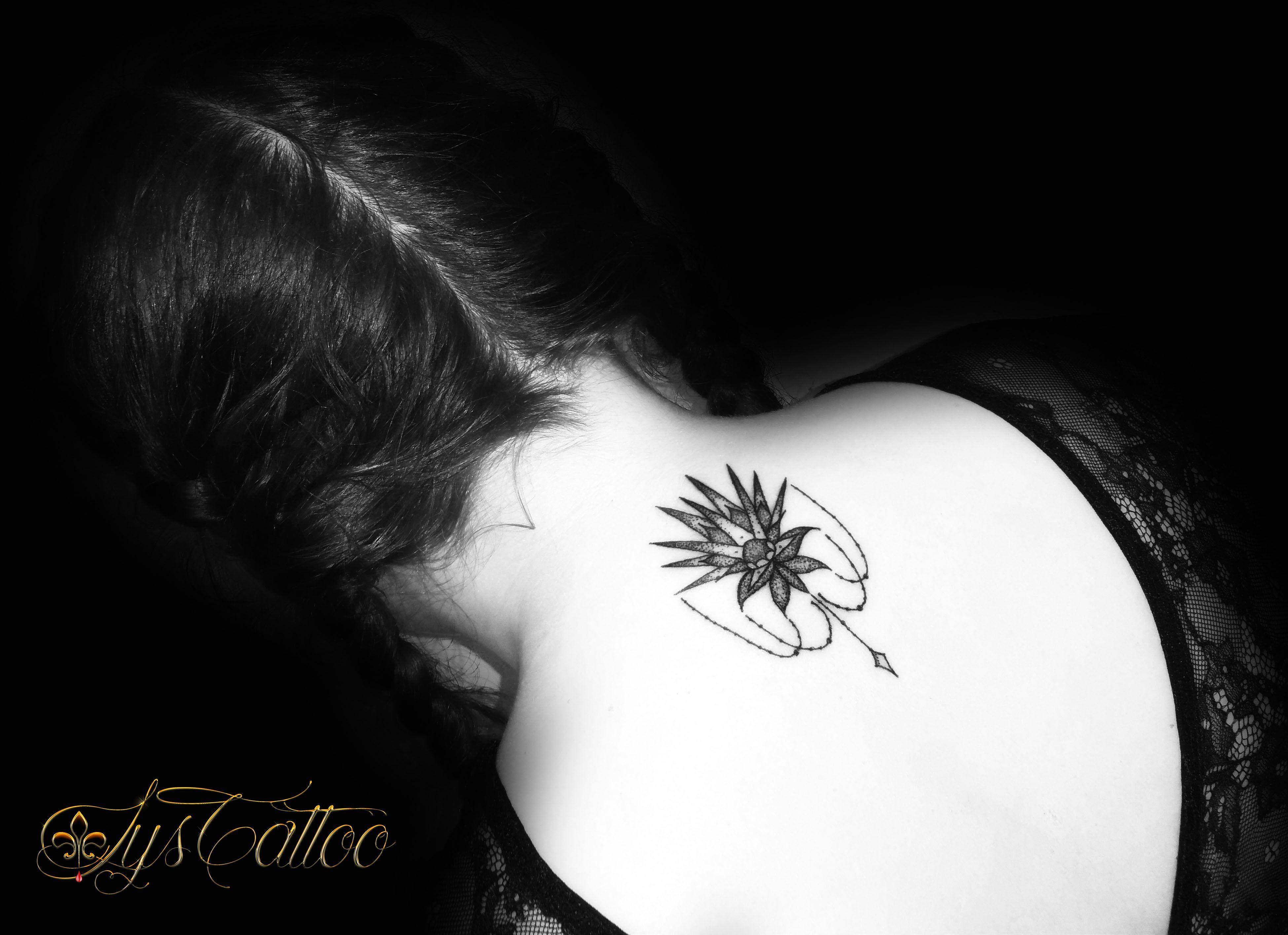 Tatouage Lignes Et Dotwork Fleur De Cactus Chaines Et Perles By