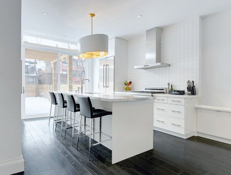 Weisse Kuche Mit Arbeitsplatte In Marmor Optik Und Grauer Holzboden