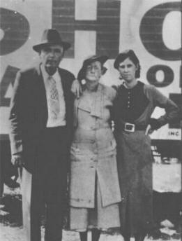 Marie Barrow Clyde S Sister With Parents Bonnie Parker Bonnie
