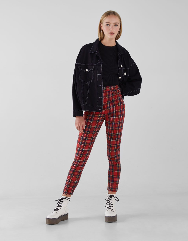 5590274dda Pantalón Skinny de cuadros rojos. Descubre ésta y muchas otras prendas en  Bershka con nuevos productos cada semana