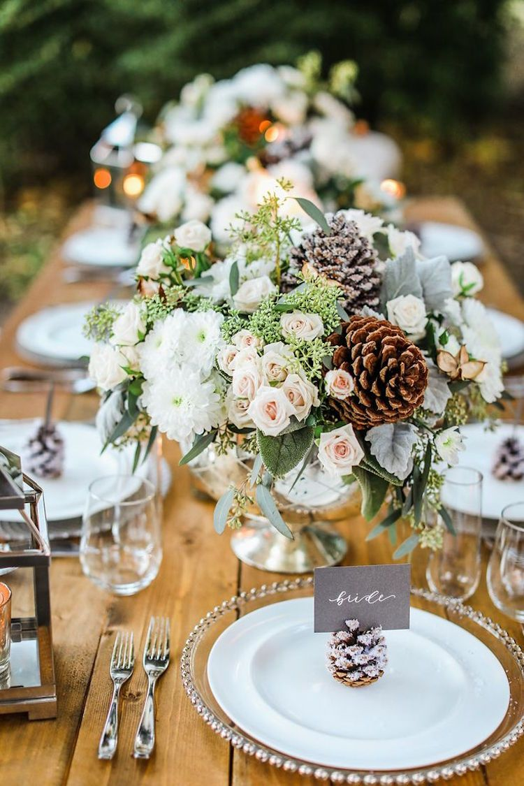 decoration table mariage hiver plein air composition roses chrysanthemes pommes de pin