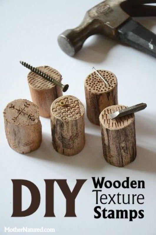 Rundlinge aus Holz anfertigen und mit Hilfe von Schrauben, Nägel und Hammer verschiedene Muster einarbeiten.