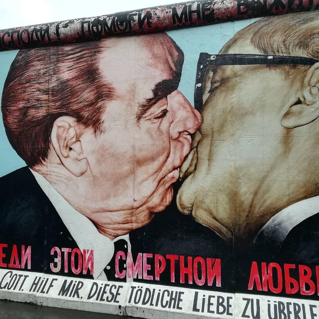 East river gallery,mur de Berlin #berlin #germany #wall #eastsidegallery #paix #reunification #peace #eastwest #mur #fresque #guerrefroide #instamoment #instawall #traveller #instatraveler #instastreet #berlinstagram #photography #travelphoto #aroundtheworld #travelgram #travelphotography #art #streetart #streetphotography #nofilter #murdeberlin East river gallery,mur de Berlin #berlin #germany #wall #eastsidegallery #paix #reunification #peace #eastwest #mur #fresque #guerrefroide #instamoment #murdeberlin