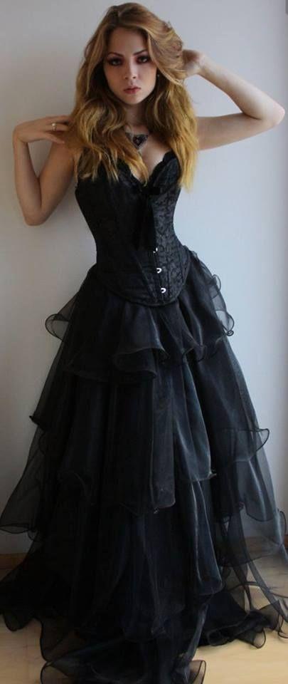 06c3728ee8 Hermosa mujer estilo gótico.