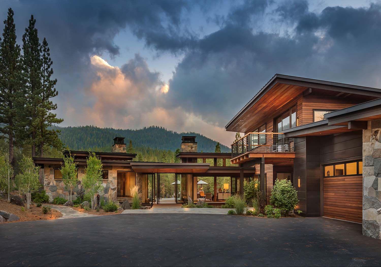 Modern Home Celebrates Indoor Outdoor Living In Sierra Nevada Mountains Mountain Home Exterior Modern Mountain Home House Exterior