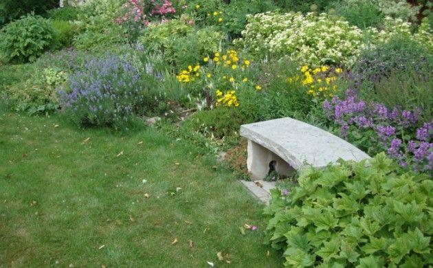 rustikale gartenmöbel gartenbank design stein garten pflanzen ...