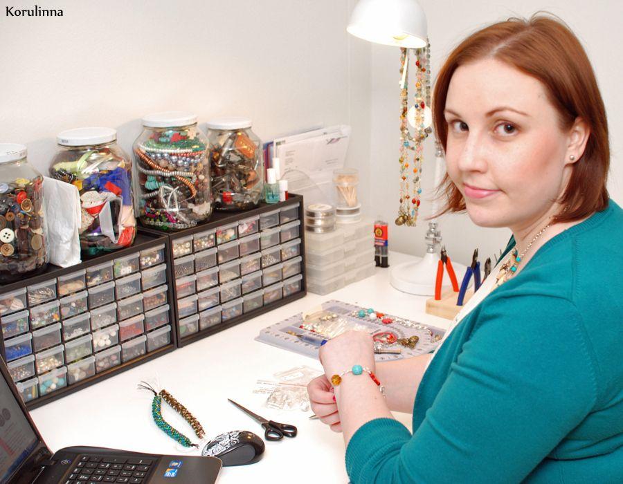 Korulinna on vuonna 2009 perustettu yhden naisen yritys, joka valmistaa käsityönä erilaisia koruja ja asusteita.