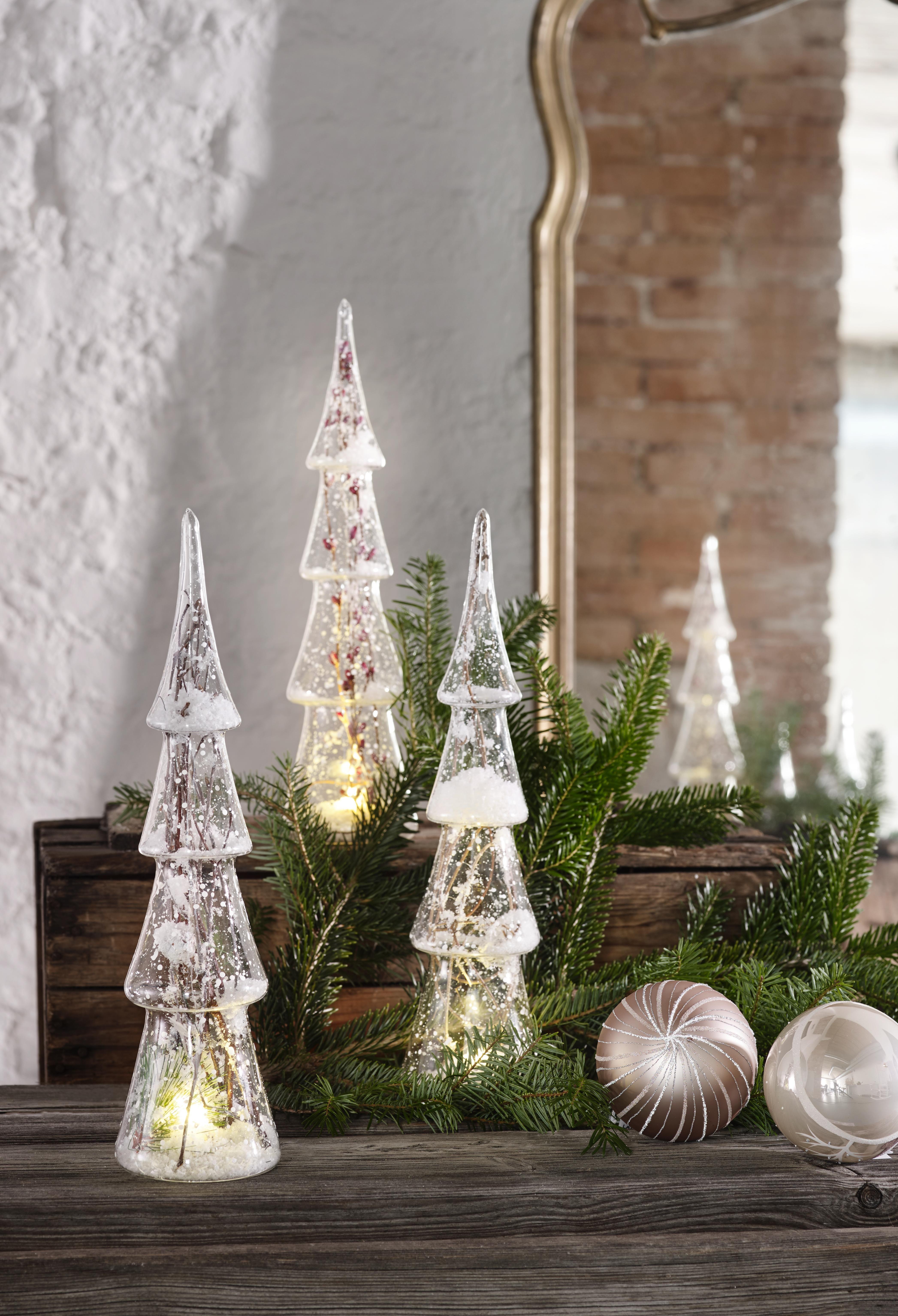 Verzaubert Eure Gaste Mit Der Richtigen Beleuchtung Zur Weihnachtszeit Die Aus Glas Geformten Tannenbaume Ve In 2020 Tree Designs Christmas Tree