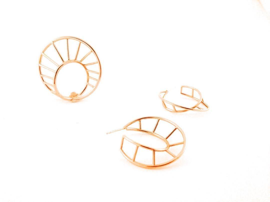 Spiral-ring og øreringe i guld✨ #guldring #øreringe #spiral #fingerring #smykker #håndlavet #håndværk #guldsmed #goldring #gold #ring #earring #contemporaryjewlery #jewellery #handcrafted #handcraftedjewelry #handmade #saskiabesiakov #goldsmith
