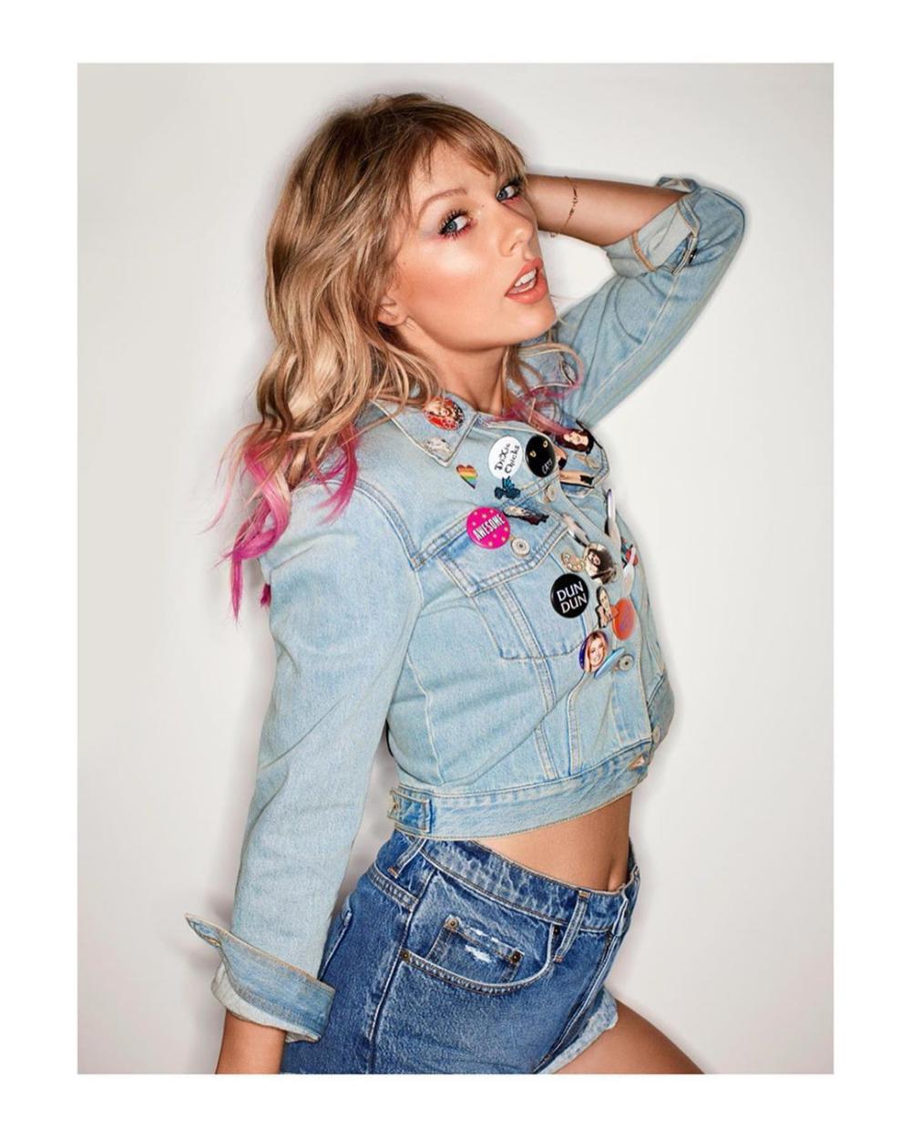 Taylorswift Youneedtocalmdown Pinspiration Jeanjacket Pins Buttons Taylor Swift Fashion Taylor [ 1250 x 1000 Pixel ]