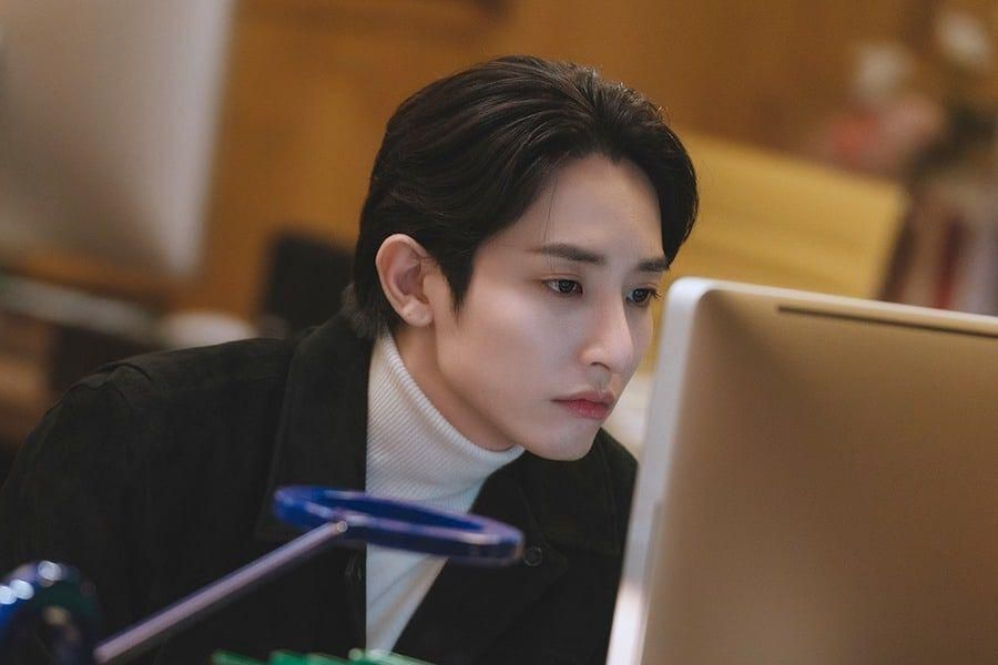 """Lee Soo Hyuk Is A Charismatic Editor Dedicated To His Work In """"Doom At Your Service"""""""
