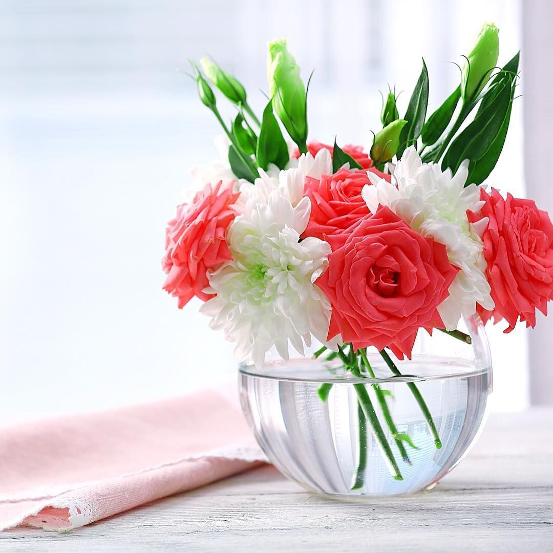 Flower Care Use Clean Vase Water Always Use A Sparkling Clean Vase That Has Been Washed In Warm Soapy Water And Rinsed Well Flower Vases Vase Small Vase