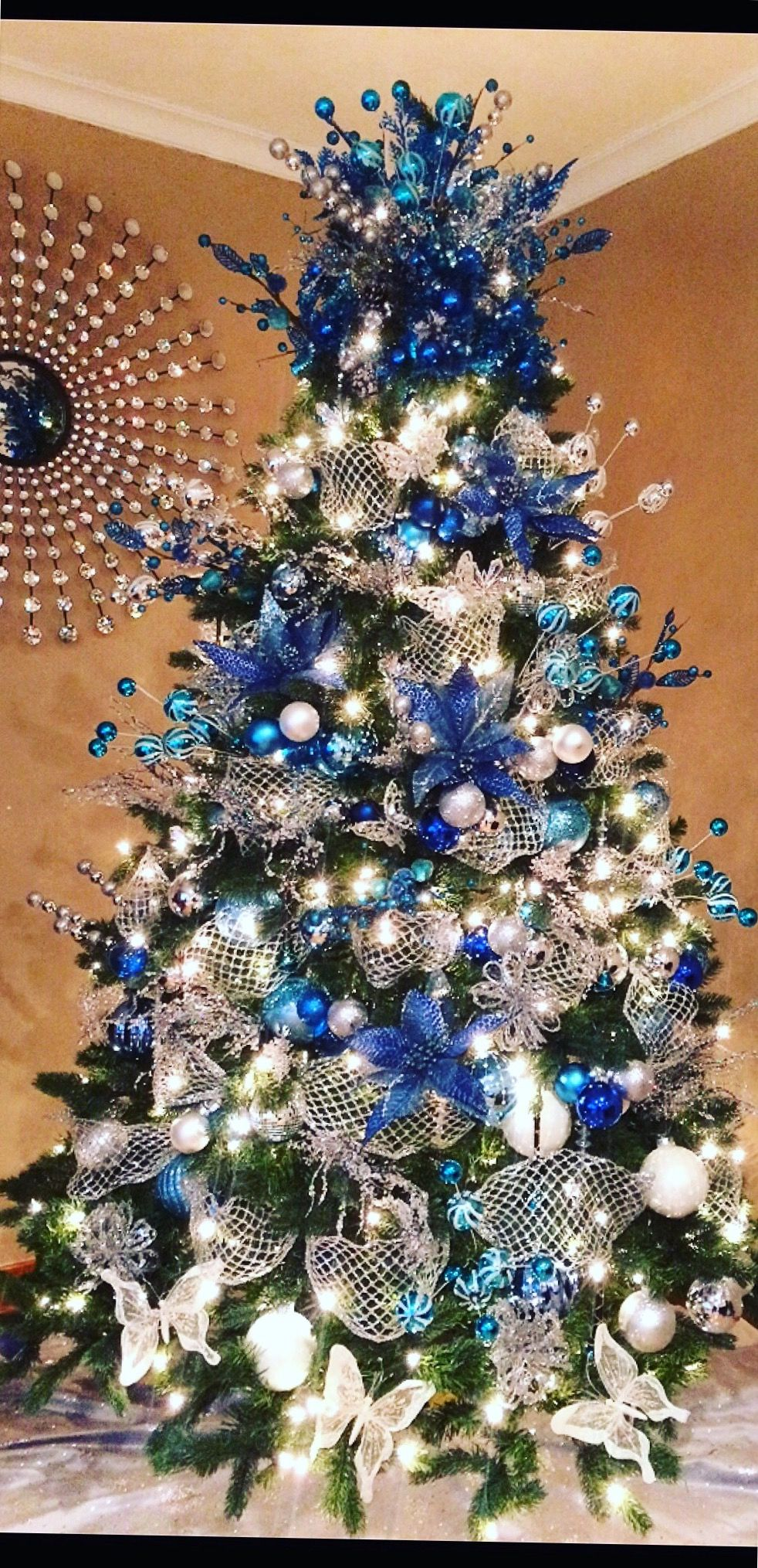 Blue And Silver Christmas Tree Arbol De Navidad Plateado Arboles Azules De Navidad Navidad Purpura