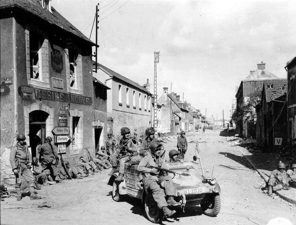 En Normandie soldat US en Kubelwagen prise de guerre , remarquez les panneaux Michelin et Citroën