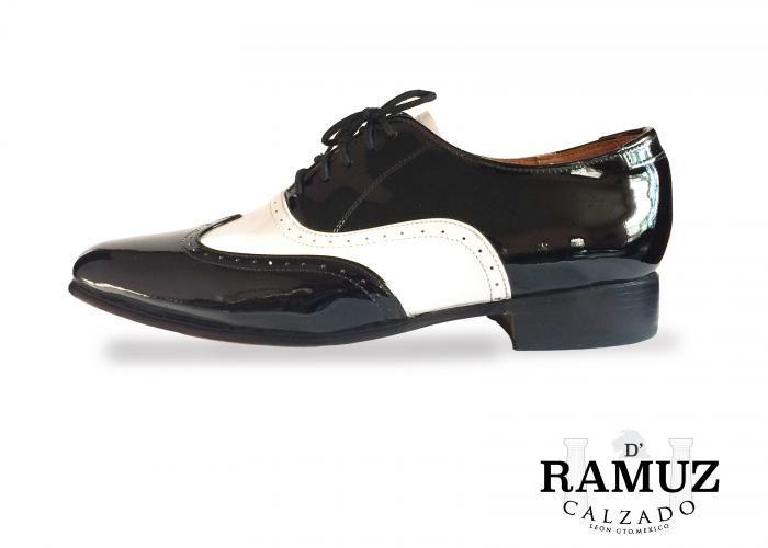 finest selection d6295 3bb0c Zapato de Caballero. Estilo Oxford Corte  Piel Charol Blanco y Piel Charol  Negro Forro