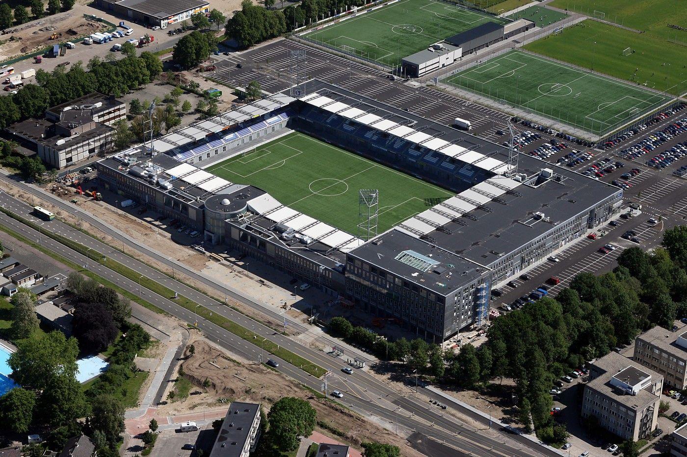 Ijsseldelta Es Un Estadio De Uso Multiple Ubicado En La Localidad De Zwolle En Los Paises Bajos Es Utilizado De Local Zwolle Football Stadiums Sports Stadium