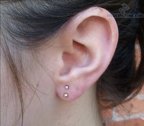 Vertical Earlobe Piercing On Left Ear Met Afbeeldingen