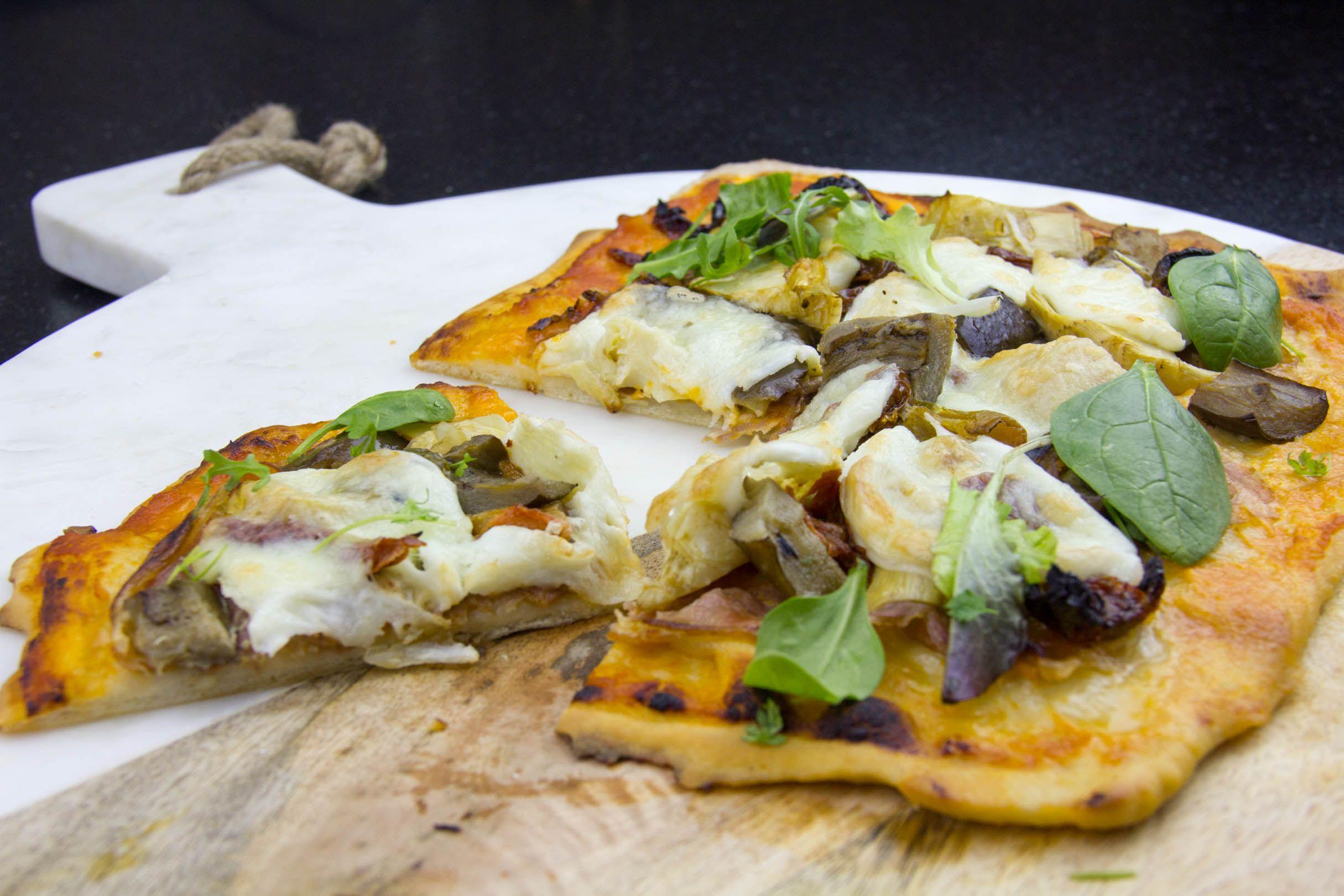 Le secret de la pizza c'est sa pâte...La réaliser n'est vraiment pas difficile et vous pourrez non seulement faire d'excellentes pizzas maison mais également de délicieux hot-dogs dont je vous donnerai le secret la semaine prochaine!  La garniture est à préparer selon votre goût: un