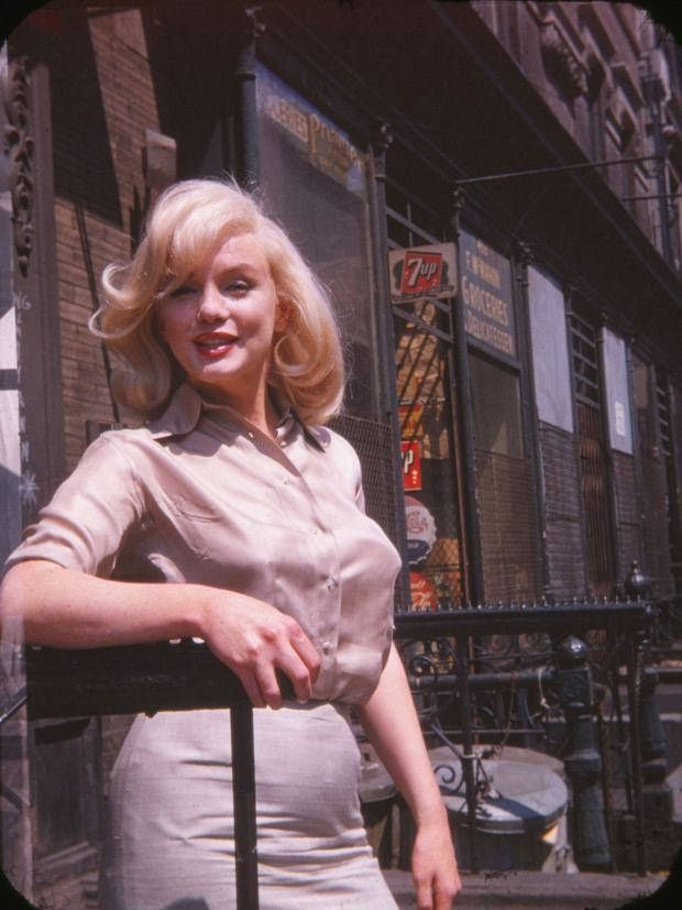 Marilyn Monroe photographed by Frieda Hull in New York on July 8, 1960. b