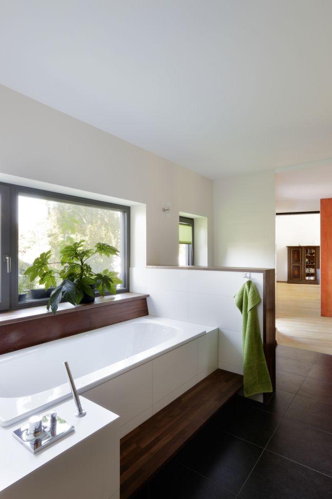 Freistehende Badewanne im Holzhaus von Baufritz bathroom ideas