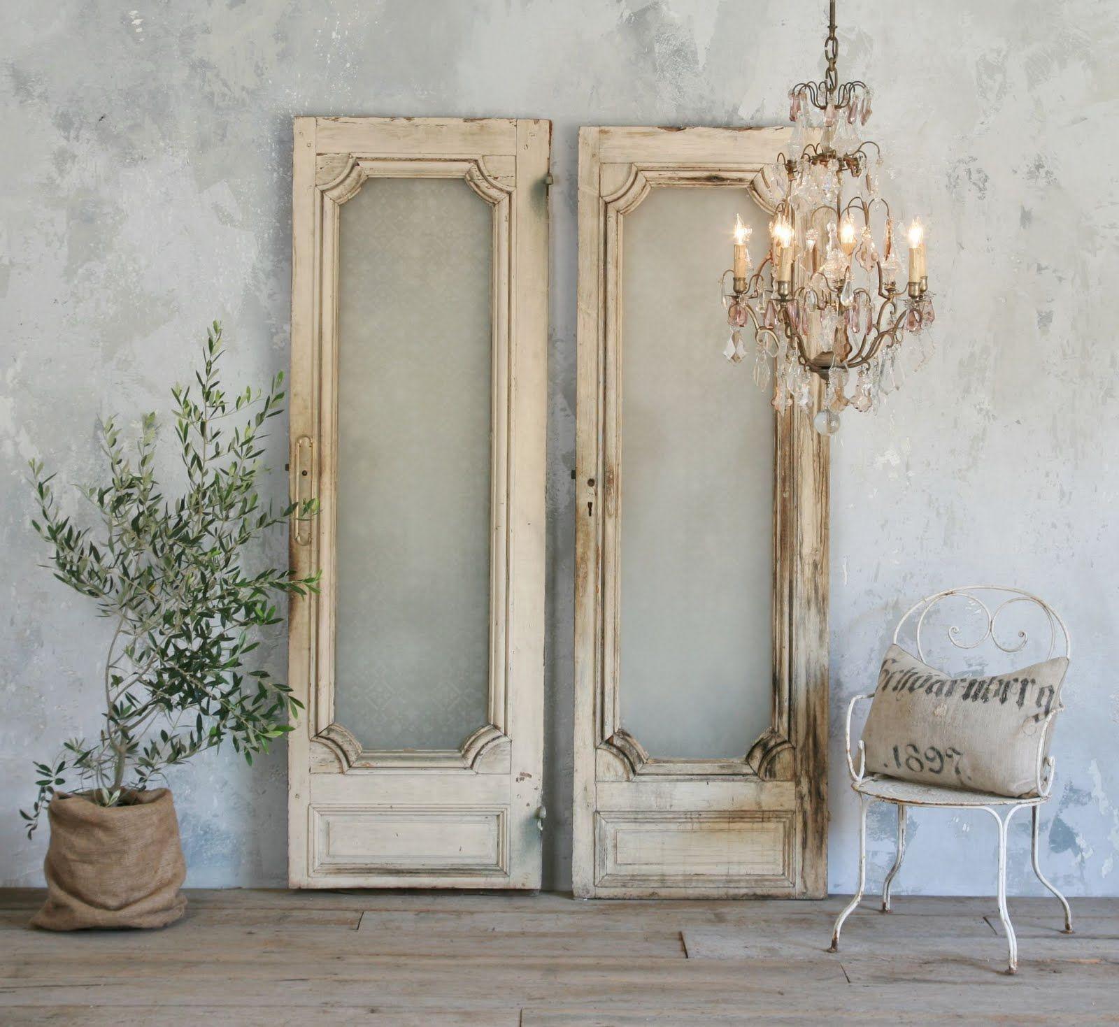 Oude brocante deuren ter decoratie in huis maak het af met een franse kroonluchter - Decoratie themakamer paris ...