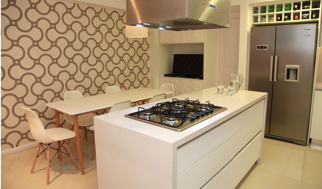 Cocina de muebles de pvc blancos y mesadas de silestone. Isla ...